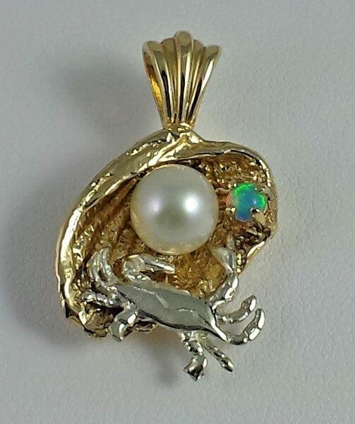 Beautiful 14kt Gold Clam pendant.